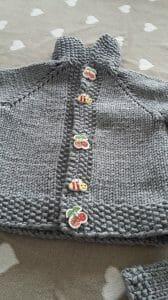 dettaglio bottoni baby cardigan ai ferri
