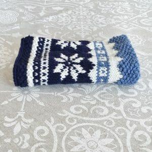 scalda collo azzurro, blu e bianco in calda lana merino (schema gratuito)